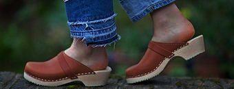 на деревянном каблуке