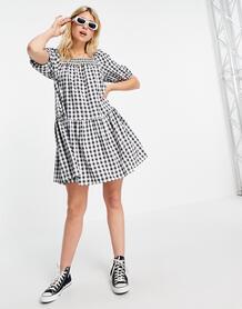 Платье мини с присборенной юбкой и квадратным вырезом в клетку черного цвета -Черный QED London 11584250