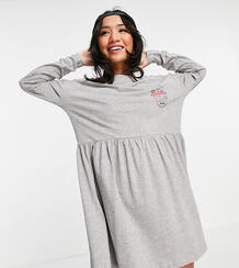 Серое меланжевое платье из трикотажа с присборенной юбкой и надписью -Серый Noisy May Petite 11516917