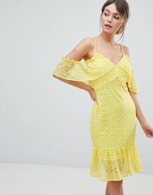 Кружевное платье с вырезами на плечах и оборками Liquorish - Желтый 1277816