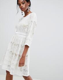 Короткое приталенное платье с кружевом Liquorish - Белый 1249581