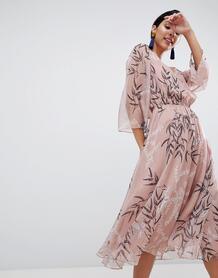 Платье миди с принтом листьев Liquorish - Розовый 1249563